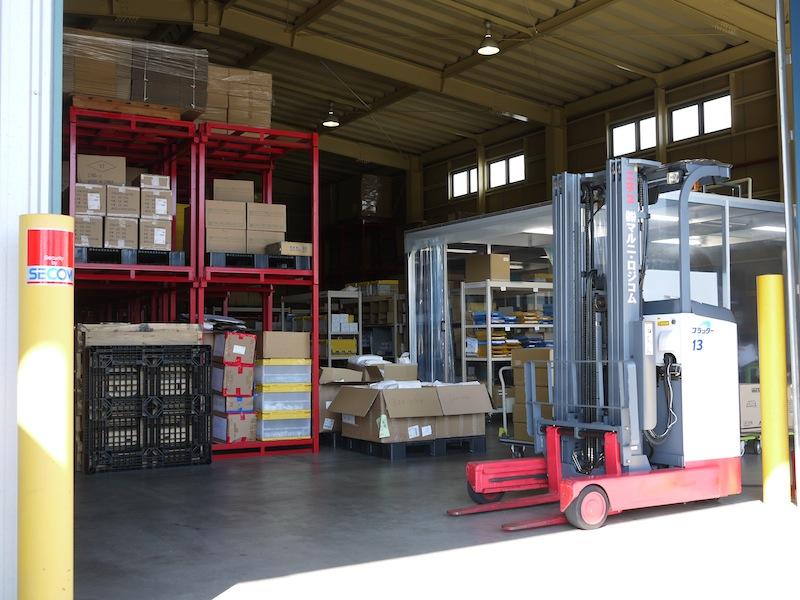 大小さまざまなラックと発送を待つたくさんの荷物たち